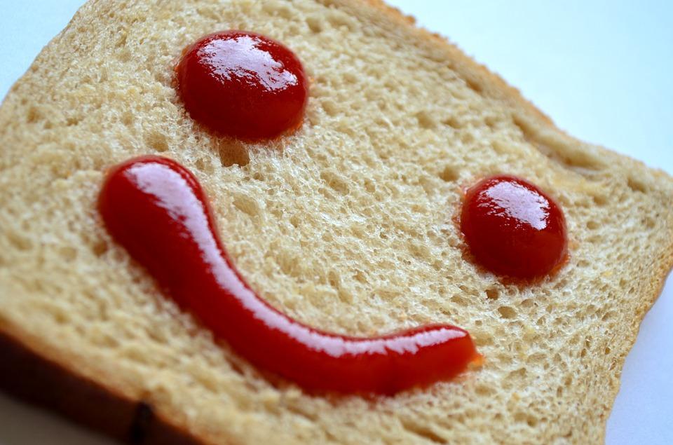 Lachje van ketchup op een sneetje brood