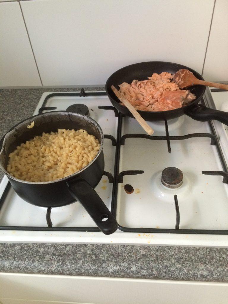 Pasta en zalm voor de pastasalade met zalm