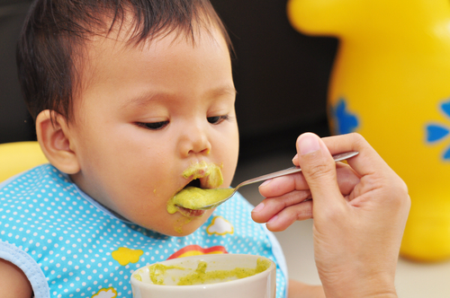baby hapje aan het eten