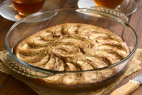 Appelkruimelcake in glazen ovenschaal