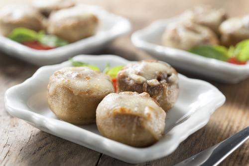 Gevulde en gegratineerde champignons als zelfgemaakte amuse