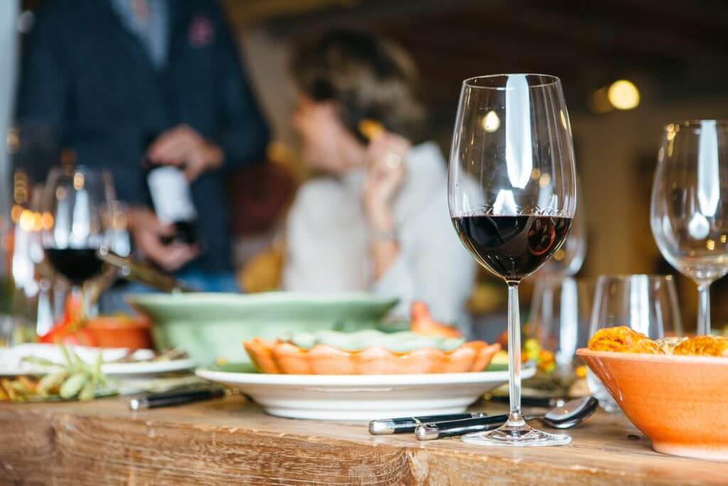 wijn serveren bij gerecht