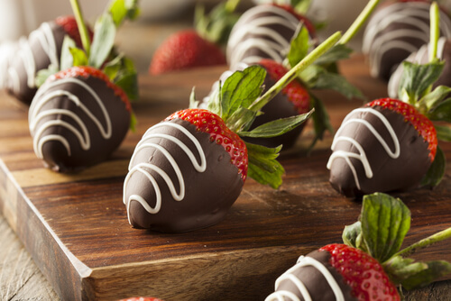 Aardbeien in chocolade gedoopt