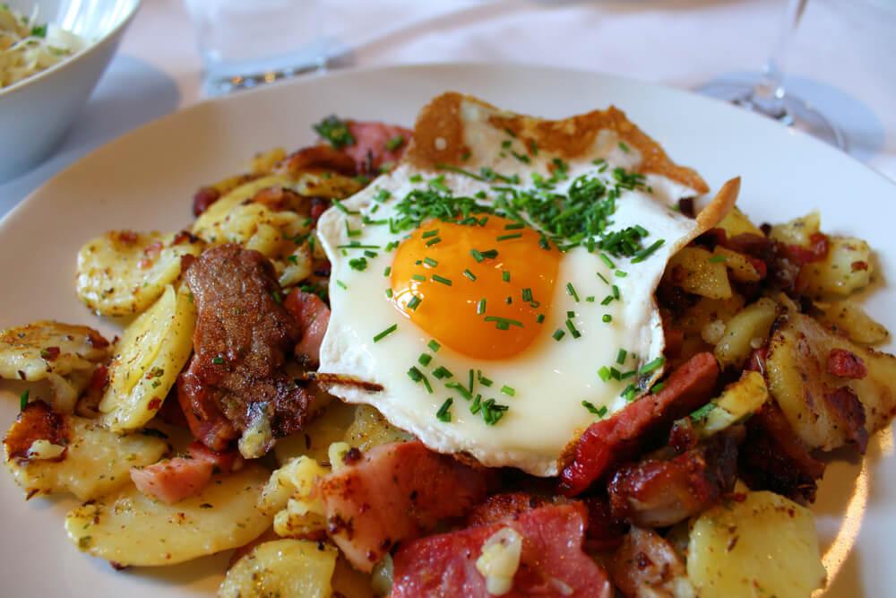 Grostl: gebakken aardappels en spek met een spiegelei