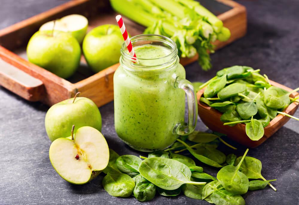 Spinazie, bleekselderij en appel smoothie