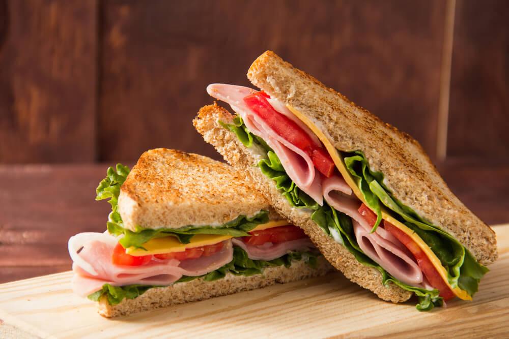 Frisse sandwiches met sla, ham, tomaat en kaas